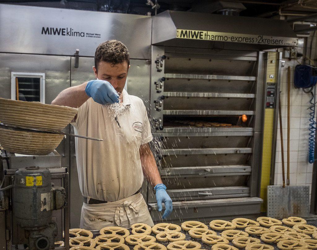 Brezenbacken in der Bäckerei Geisenhofer